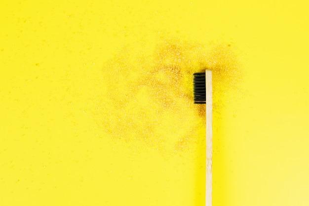 Uno spazzolino da denti su uno sfondo giallo