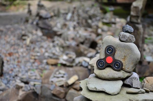 Uno spinner di legno giace su strane strutture di pietra nella foresta