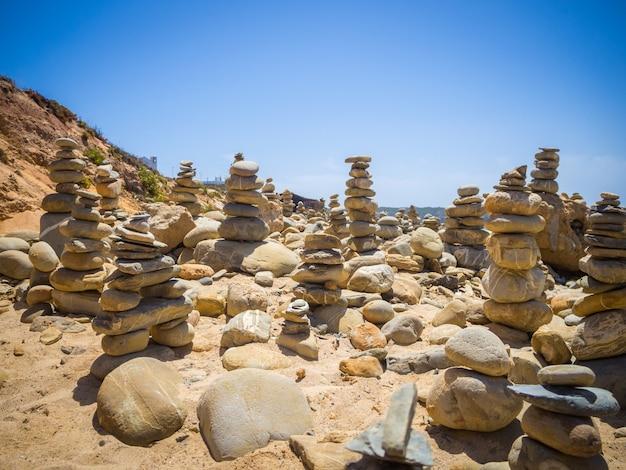 Uno splendido scenario di pile di pietre in un bach a mi fontes, portogallo
