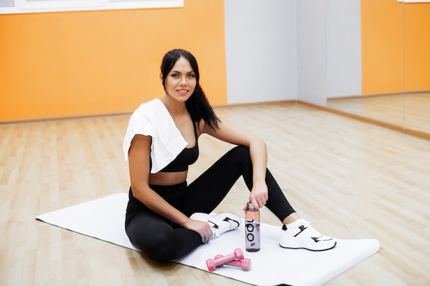 Uno stile di vita sano. donna di forma fisica che fa esercizio in palestra