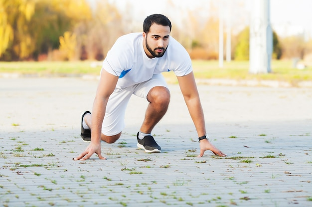 Uno stile di vita sano. uomo di forma fisica che fa esercizio nell'ambiente della città