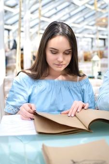 Uno studente che si prepara per l'esame