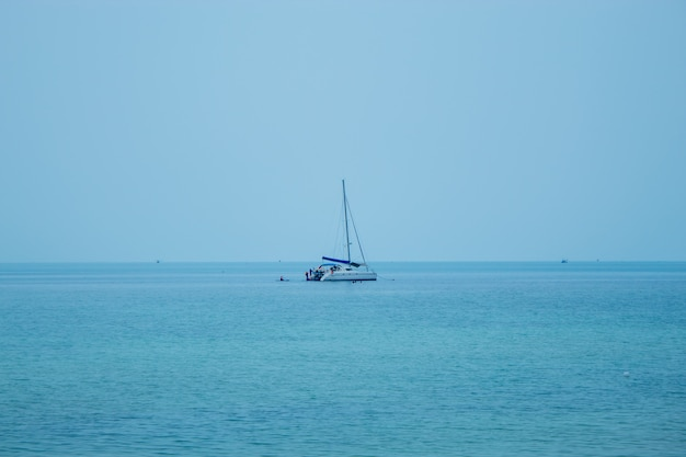 Uno yacht che porta i turisti a fare snorkeling e kayak a koh phangan, surat thani in tailandia.