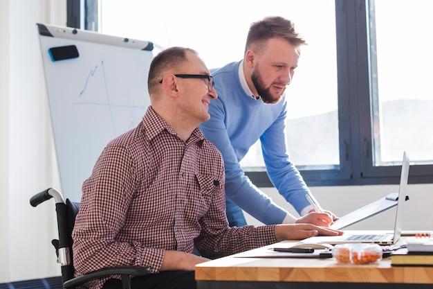 Uomini adulti che lavorano insieme sul progetto