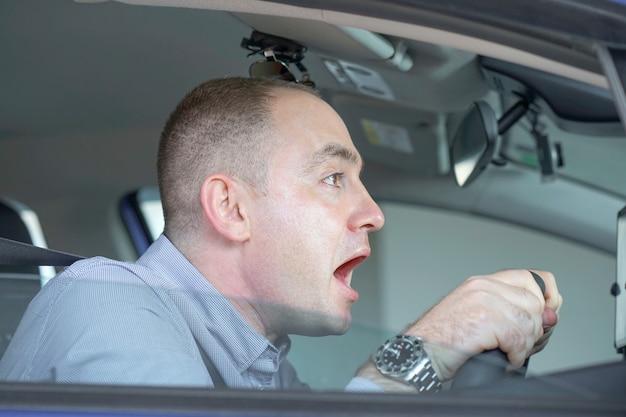 Uomini alla guida. emozione. urla, paura. emozione umana espressione del viso.