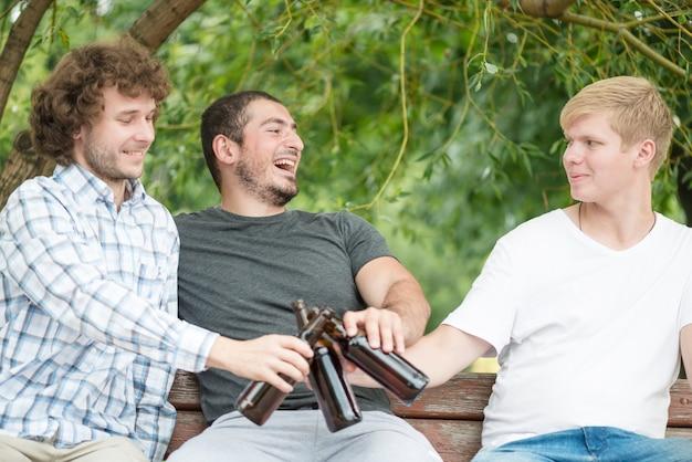 Uomini allegri che bevono birra sul banco