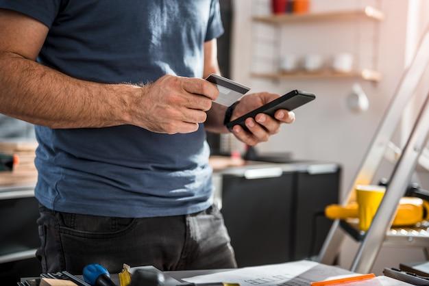 Uomini che acquistano materiale da costruzione online