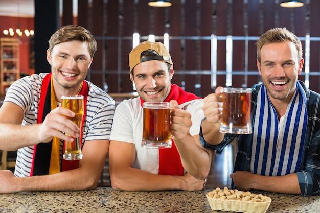 Uomini che brindano con birre