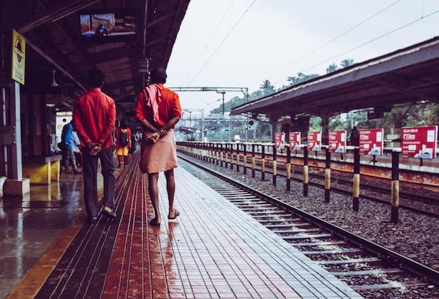 Uomini che camminano attraverso una stazione ferroviaria in india