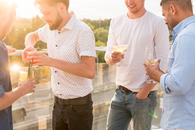 Uomini che discutono ad una festa