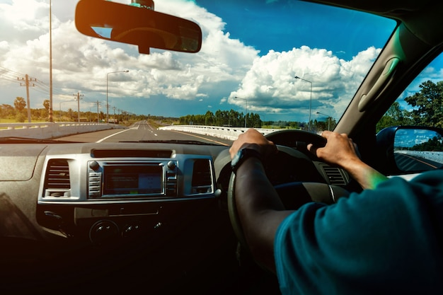 Uomini che guidano sulla strada nella vista interna dell'auto