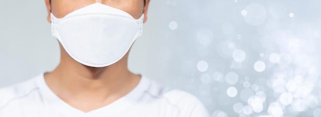 Uomini che indossano maschere per proteggersi dalle infezioni