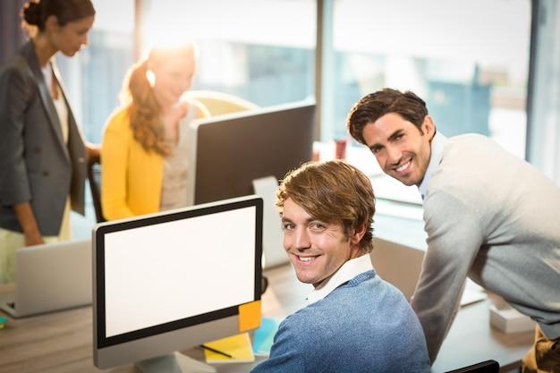 Uomini che lavorano al computer