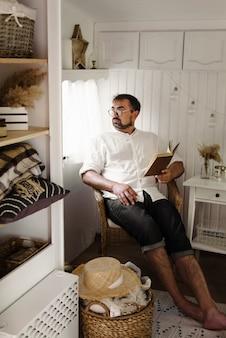 Uomini che leggono il libro nel rimorchio, mentre viaggiano in camper