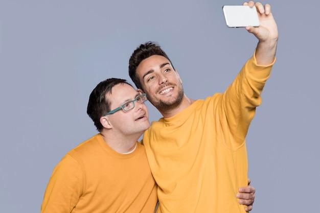 Uomini che prendono un selfie insieme