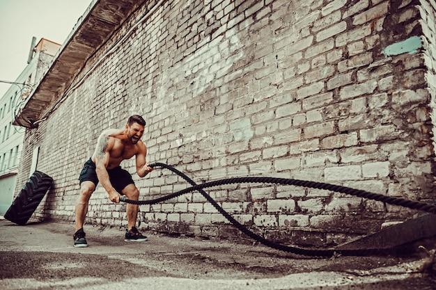 Uomini con corda, allenamento funzionale