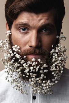 Uomini con fiori nelle loro barbe
