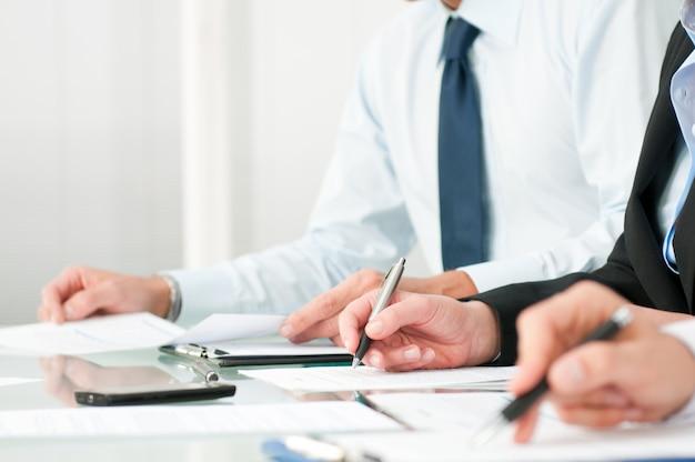 Uomini d'affari a prendere appunti