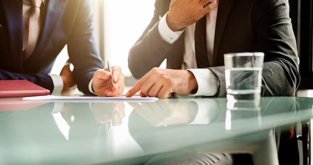 Uomini d'affari analizzando il documento