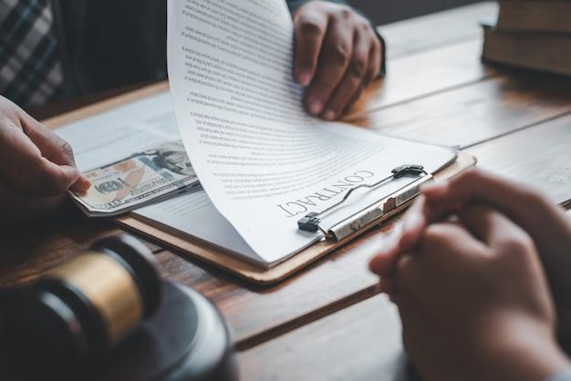 Uomini d'affari che accettano tangenti per la firma di contratti