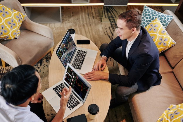 Uomini d'affari che analizzano la strategia di investimento