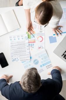 Uomini d'affari che discutono sugli obiettivi e sulle strategie dell'azienda