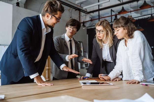 Uomini d'affari che hanno discussioni, controversie o disaccordi durante riunioni o negoziati