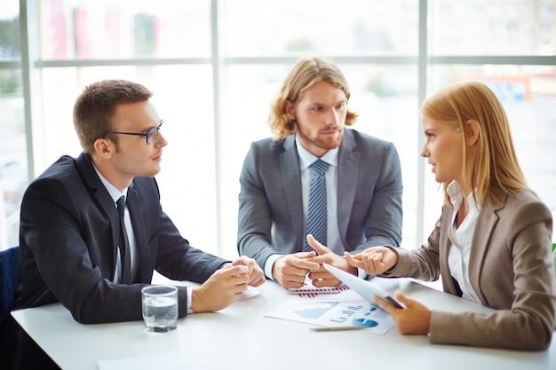 Uomini d'affari che hanno riunito attorno al tavolo