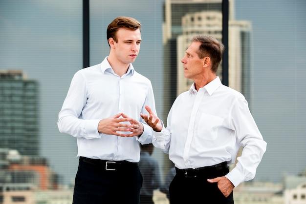 Uomini d'affari che hanno una conversazione