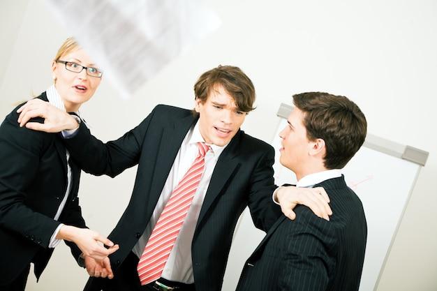 Uomini d'affari che hanno una discussione