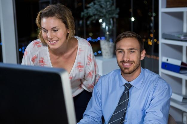 Uomini d'affari che lavorano al computer
