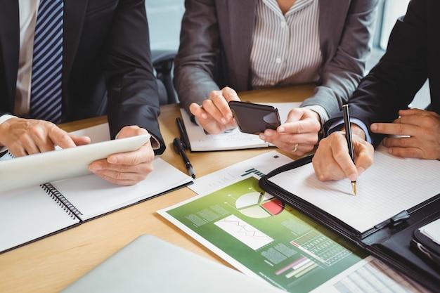 Uomini d'affari che lavorano in sala conferenze