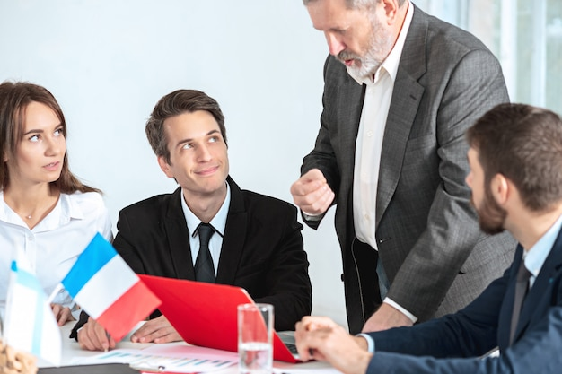 Uomini d'affari che lavorano insieme