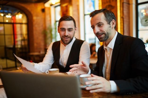 Uomini d'affari che lavorano nel ristorante