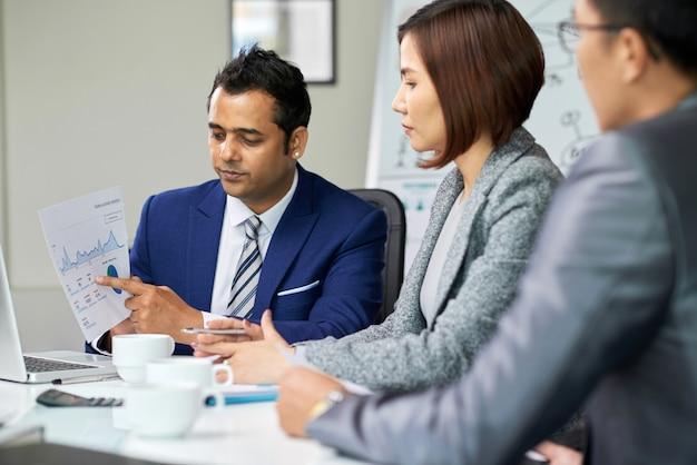 Uomini d'affari che lavorano su gradi finanziari