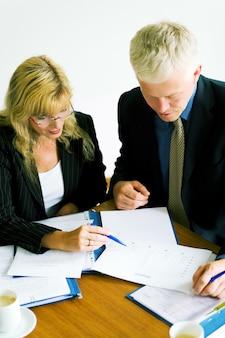 Uomini d'affari che leggono un documento