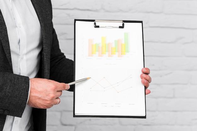 Uomini d'affari che mostrano grafici e statistiche