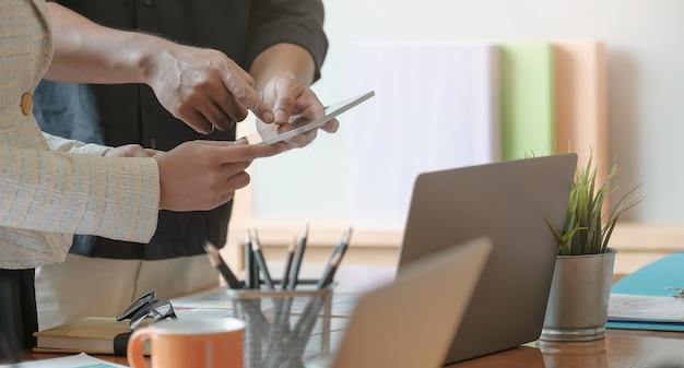 Uomini d'affari che si incontrano tempo lavorando con il nuovo progetto di avvio presentazione dell'idea, analisi dei piani. affari discutendo il concetto
