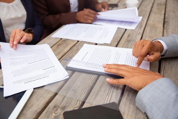 Uomini d'affari che studiano i termini del contratto
