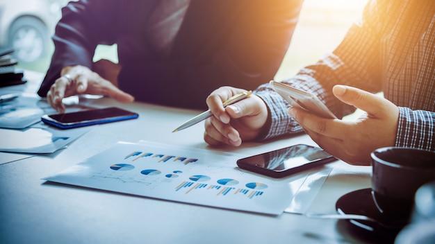 Uomini d'affari che utilizzano smartphone per rendere più veloci le connessioni sociali.