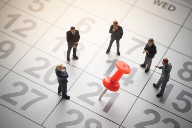 Uomini d'affari con calendario appuntato