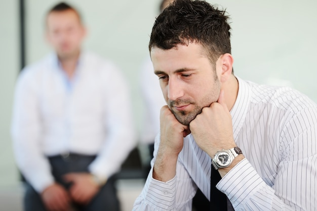 Uomini d'affari con lo stress e le preoccupazioni in ufficio