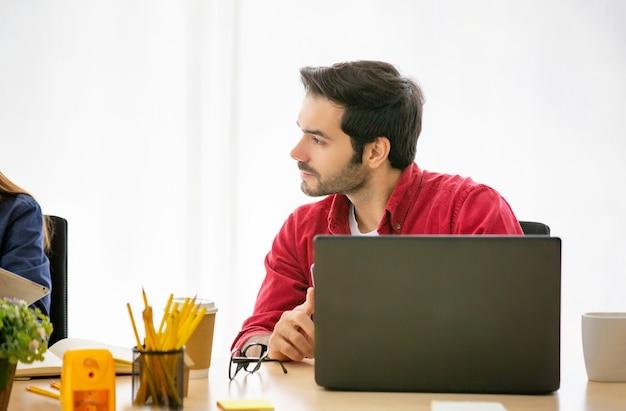 Uomini d'affari creativi che lavorano in start up ufficio, moderno concetto creativo e design lavoratore, gruppo di uomini d'affari asiatici e multietnici con vestito casual parlando e brainstorming