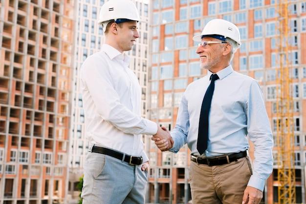 Uomini d'affari di angolo basso che fanno un accordo