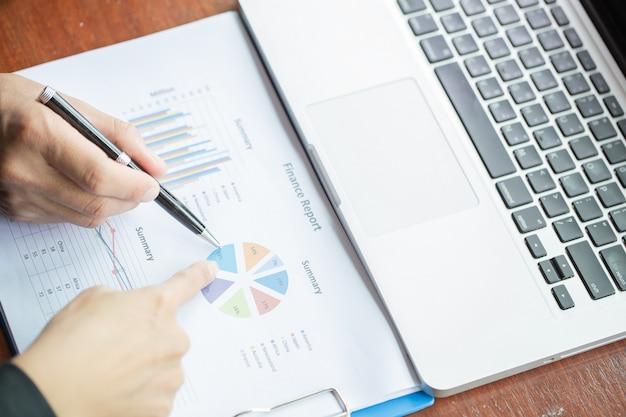 Uomini d'affari di brainstorming alla scrivania, stanno analizzando i rapporti finanziari