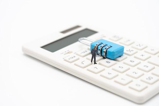 Uomini d'affari di persone in miniatura analizzare la password dalla chiave blu come concetto di business di sfondo