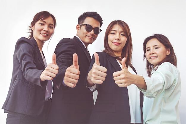 Uomini d'affari di successo con il pollice in alto e sorridente, squadra di affari