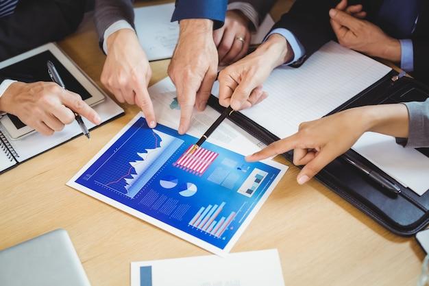 Uomini d'affari discutendo il grafico e il grafico