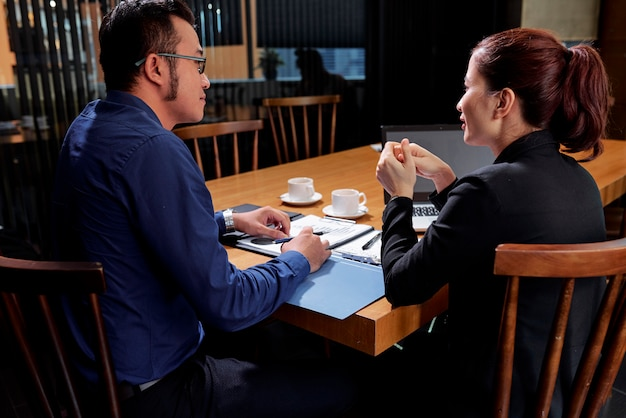 Uomini d'affari discutendo nuove idee