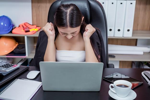 Uomini d'affari, donne che lavorano in ufficio con stress e affaticamento.